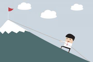 cultura emprendedora en educación con persona subiendo una montaña cogida a una cuerda para llegar a la cima