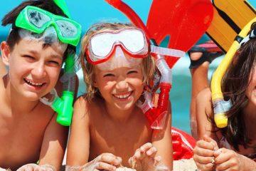 tres niños disfrazados de buzo que se van de vacaciones