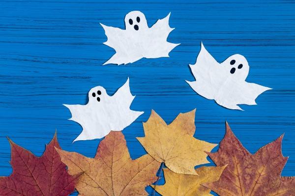 Hojas de los árboles con forma de fantasma como ejemplo de una de las manualidades para Halloween