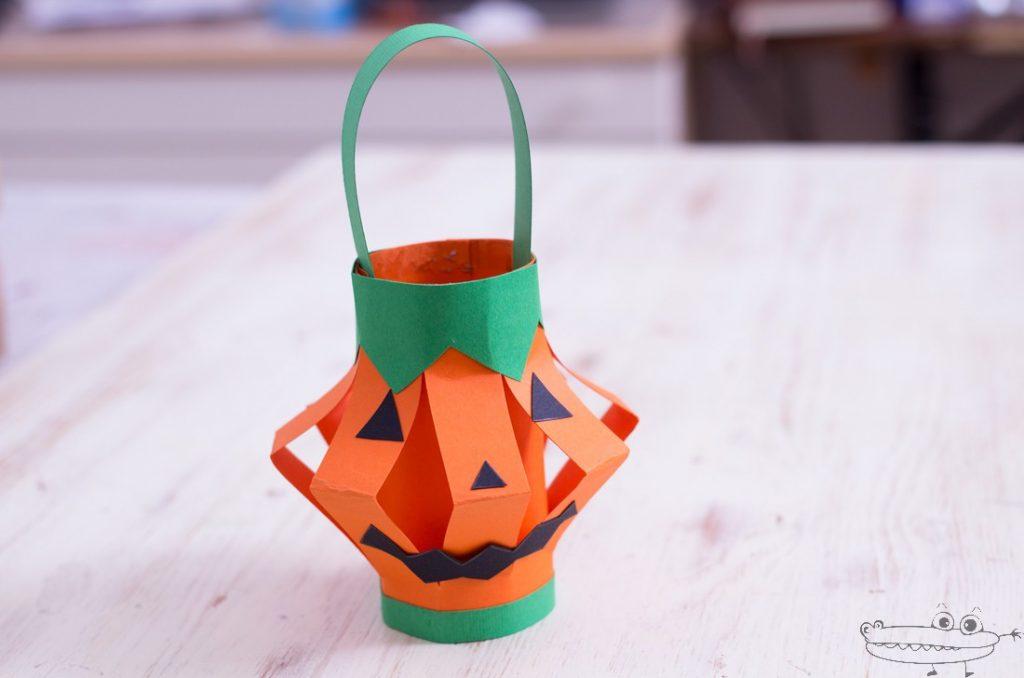 Farolito en forma de calabaza, una de las manualidades para Halloween