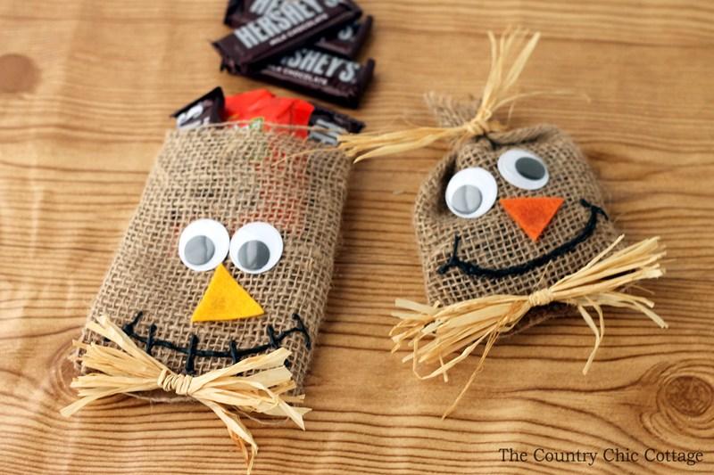 Cestas de arpillera adornadas para ilustrar una de las manualidades para Halloween