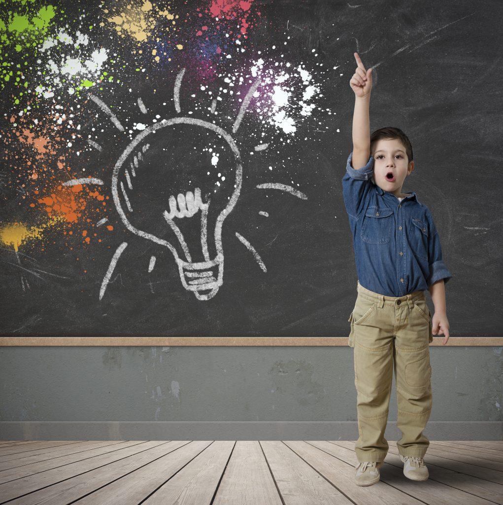 Niño levantando la mano con una idea para participar en el Día Universal del Niño