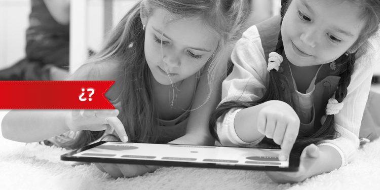 Niños mirando una tableta como ejemplo de personalizar el aprendizaje