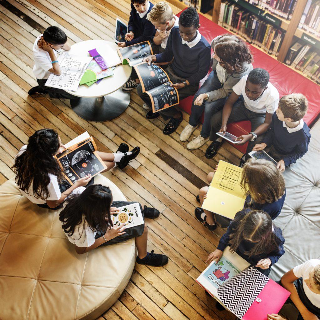Grupo de niños leyendo en una librería para ilustrar la historia de las librerías infantiles