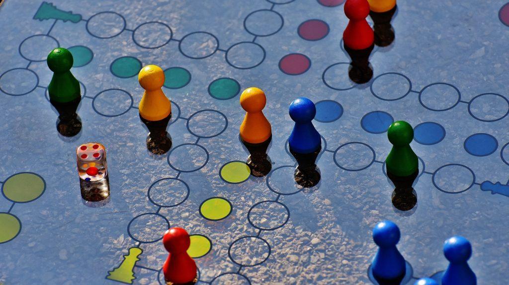 Foto de parchís para ilustrar el valor de los juegos de mesa