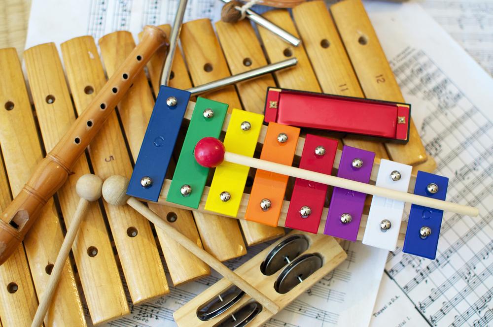 Instrumentos musicales y partituras para ilustrar el valor educativo de la música