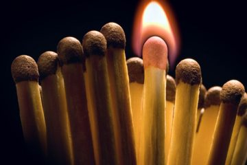 cerilla encendida entre otras apagadas para encender en emprender