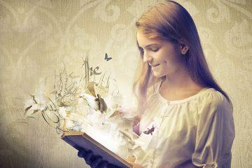 Imagen de niña leyendo un libro de donde salen animales y seres para ilustrar los cuentos de los hermanos Grimm