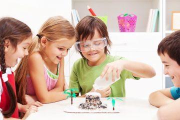 cuatro niños en un laboratorio para ilustrar la importancia de la cultura maker