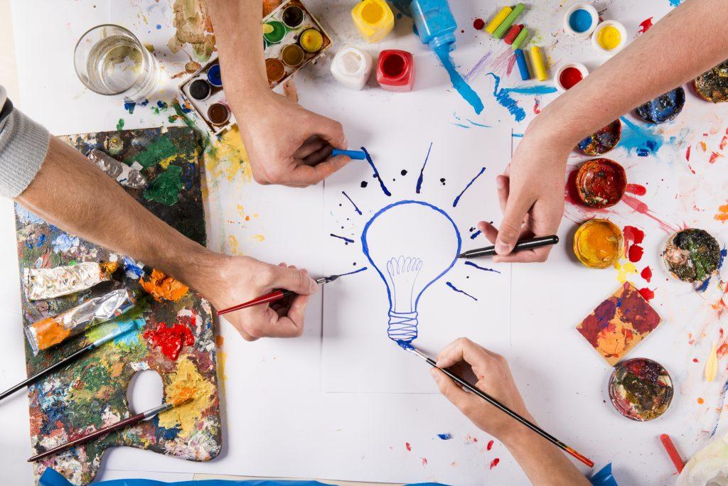 Dibujo de una bombilla para ilustrar el pensamiento crítico en el aula
