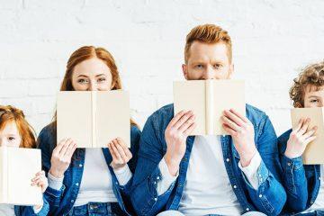 Cuatro miembros de una familia leyendo ilustración de los libros para compartir en familia