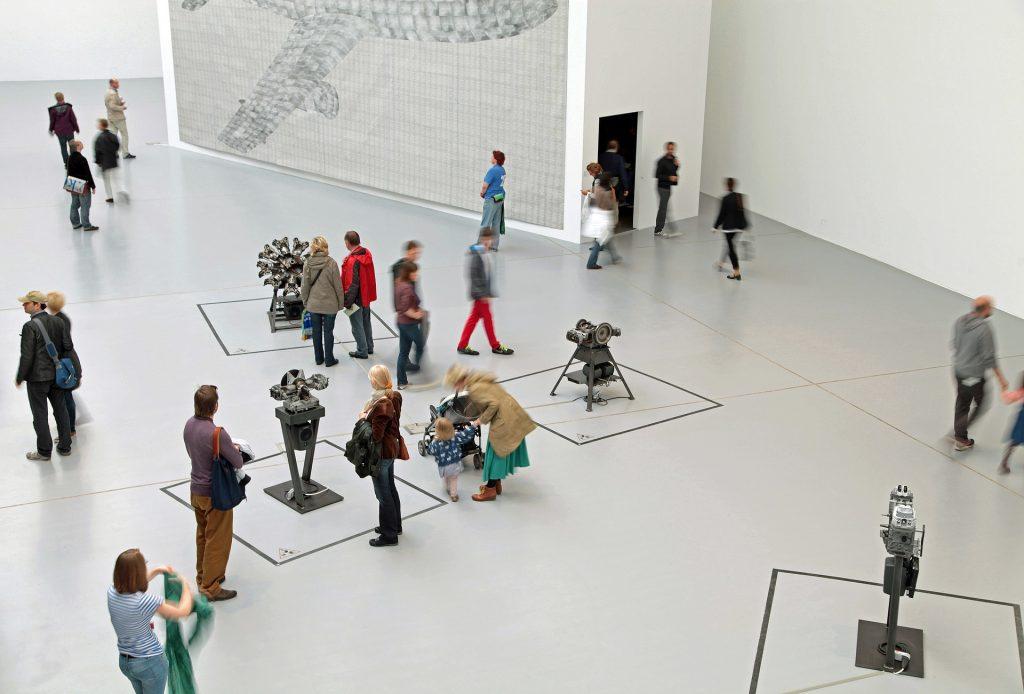 Exposición en familia para ilustrar visita al museo con niños