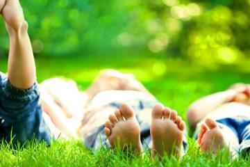 Tres niños descalzos para ilustrar las 6 actividades en la naturaleza