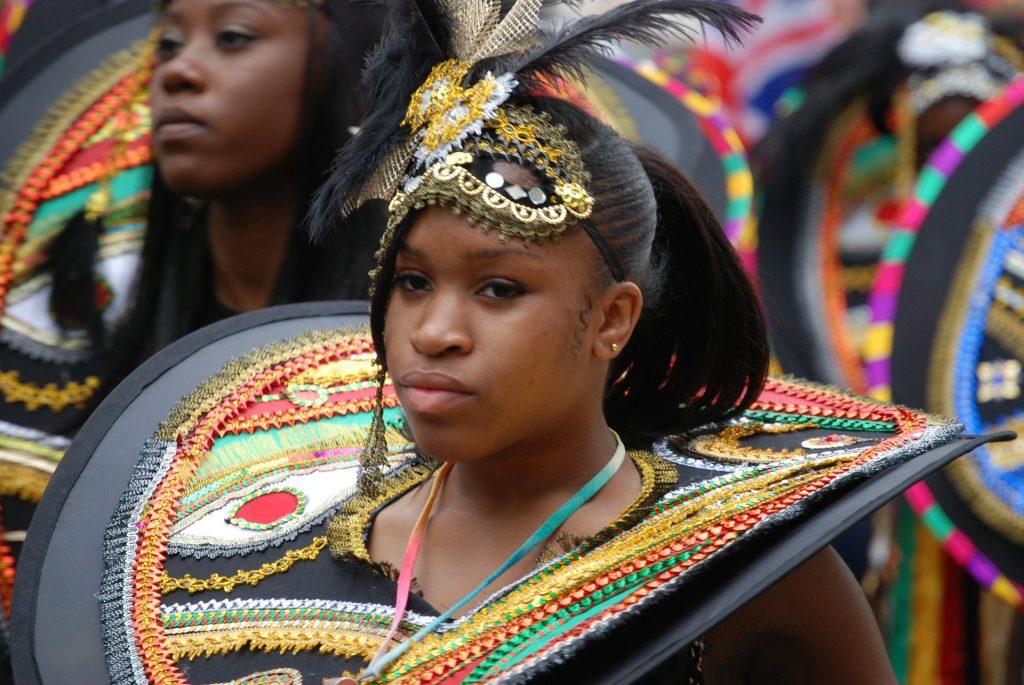 Niña disfrazada en un desfile para ilustrar maneras de vivir el carnaval