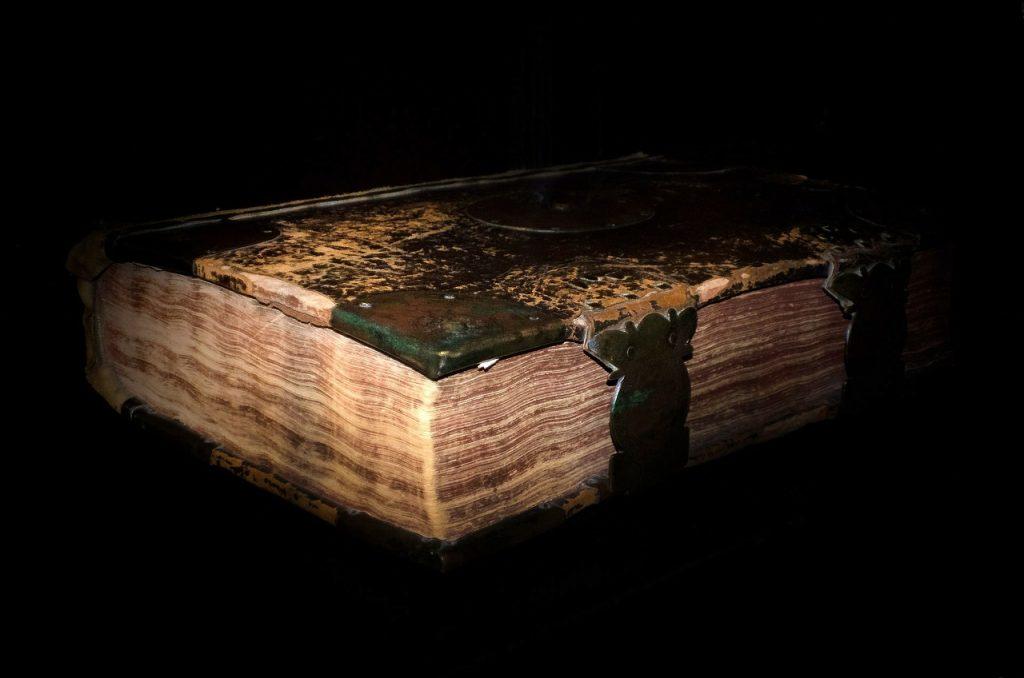 Imagen libro antiguo literatura para aprender historia