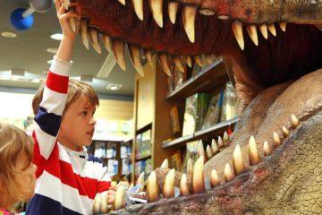 niño con boca de dinosaurio gigante para recursos educativos con dinosaurios