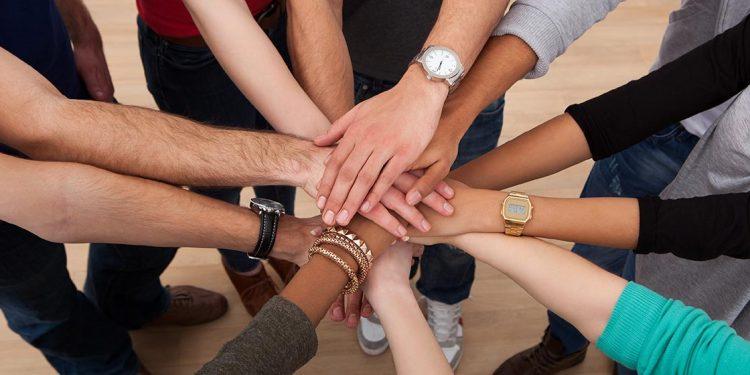 Conjunto de manos unidas para ejemplificar el trabajo en equipo