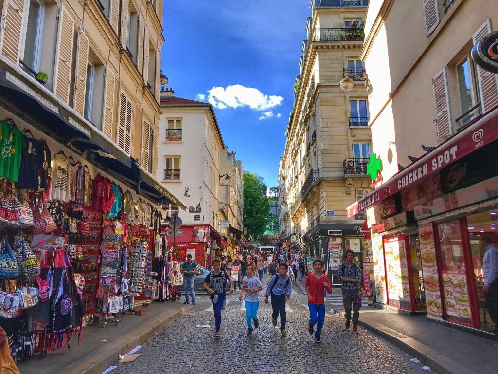 Niños en Montmartre Paris en ciudades con niños