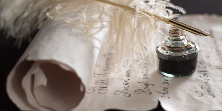 Pergamino y pluma símbolo de la poesía en el aula