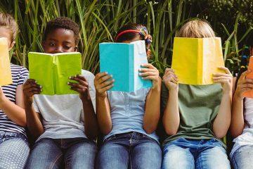Niños leyendo libros infantiles para celebrar el Día Mundial del libro infantil