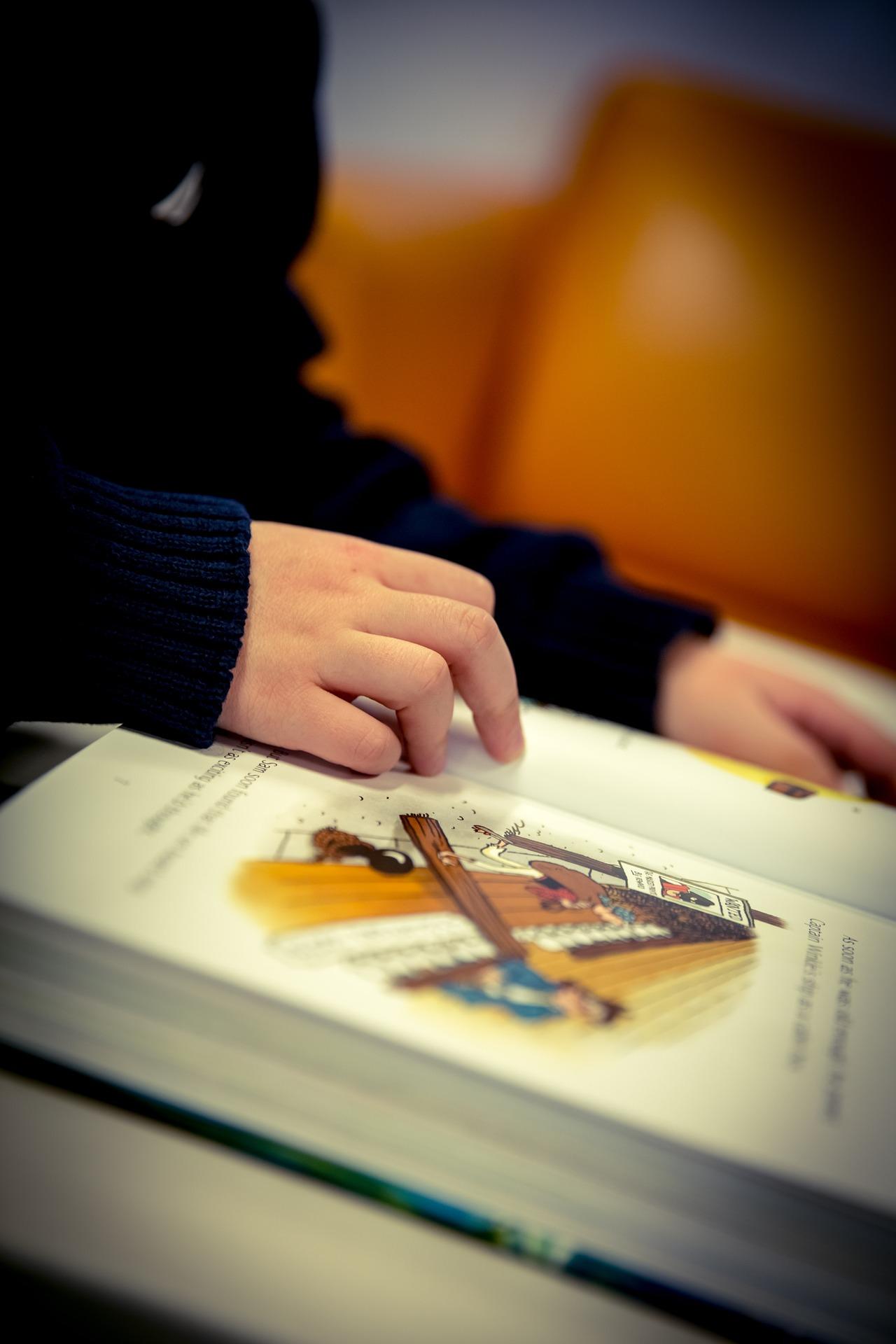 Lectura de un niño en una de las bibliotecas infantiles