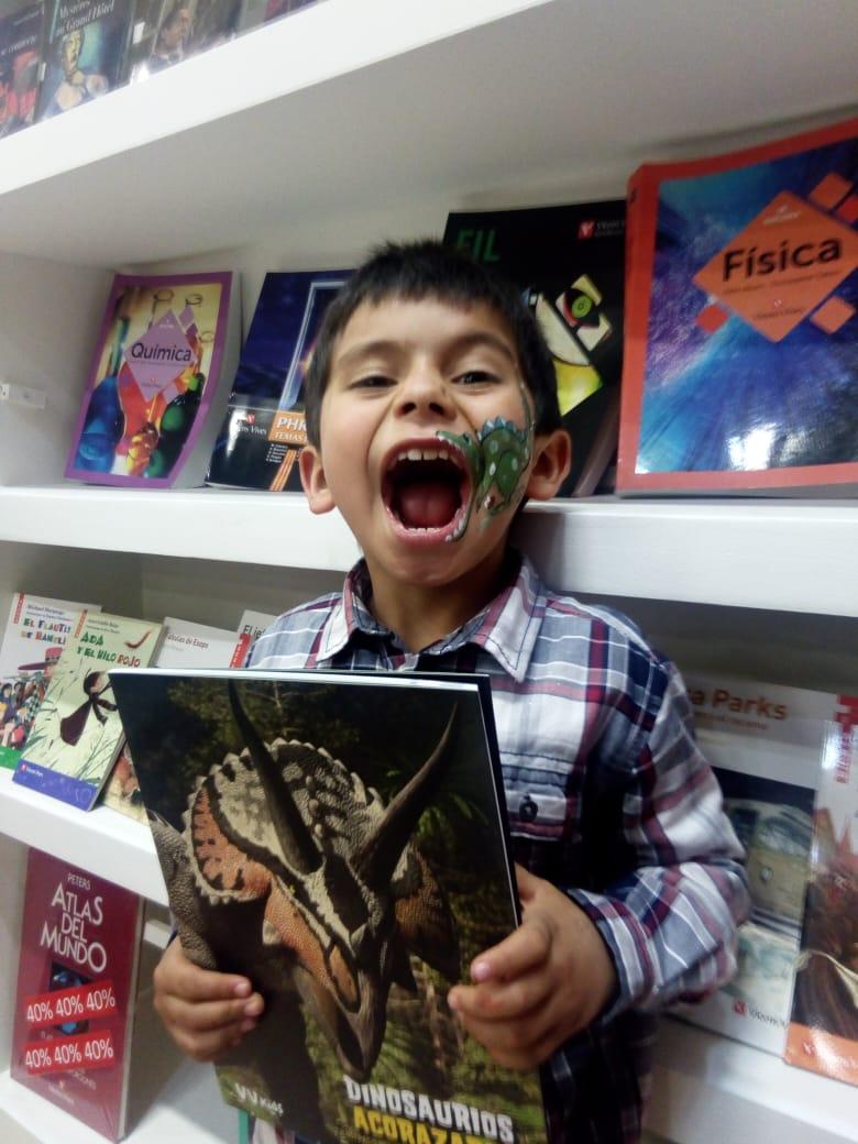 FILBO 2019 nen cridant amb llibre de dinosaures