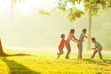 Una familia en el bosque para ilustrar las actividades en familia