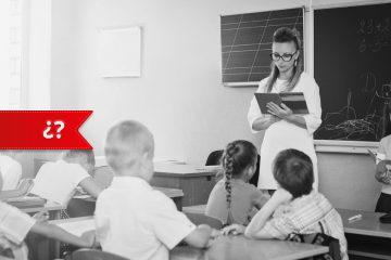 Profesora leyendo en su primer día de clase