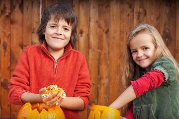 Niños con una calabaza para manualidades para Halloween