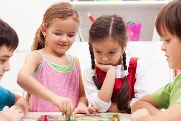 Niños jugando a juegos de mesa en el aula