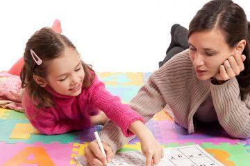 profesora y alumna en una alfombra de letras para tips for teaching phonics