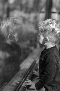 Imatge d'un nen que ilustra les claus per educar en la felicitat