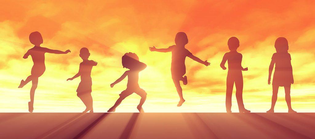 Silueta de niños libres con el sol de fondo para emprender