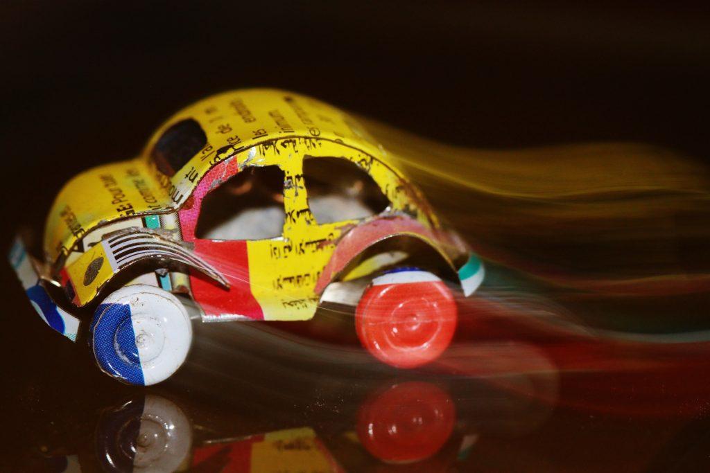 coche hecho con material reciclado para ilustrar los juguetes reciclables