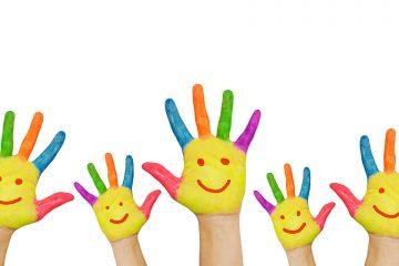 Manos pintadas de colores para ilustrar el Día escolar de la No violencia y la Paz