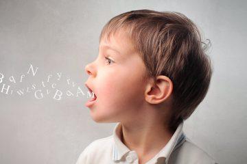 Niño con letras saliendo de su boca para mejorar la fluidez en el habla infantil