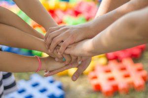 Mans unides per celebrar el Dia de la No Violència i la Pau