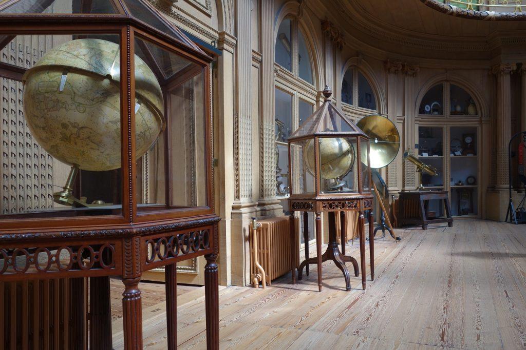 Exposición científica para ilustrar visita al museo con niños