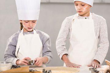 Niños cocinando para ilustrar los beneficios de aprender a cocinar