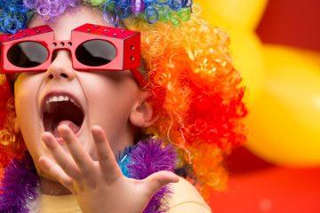 Niño disfrazado para ilustrar maneras de vivir el carnaval en el mundo