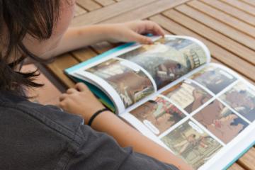 niño leyendo un cómic o novela gráfica