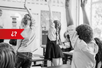 clase con niños alzando la mano