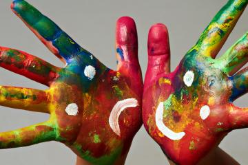 Dues mans pintades amb emocions