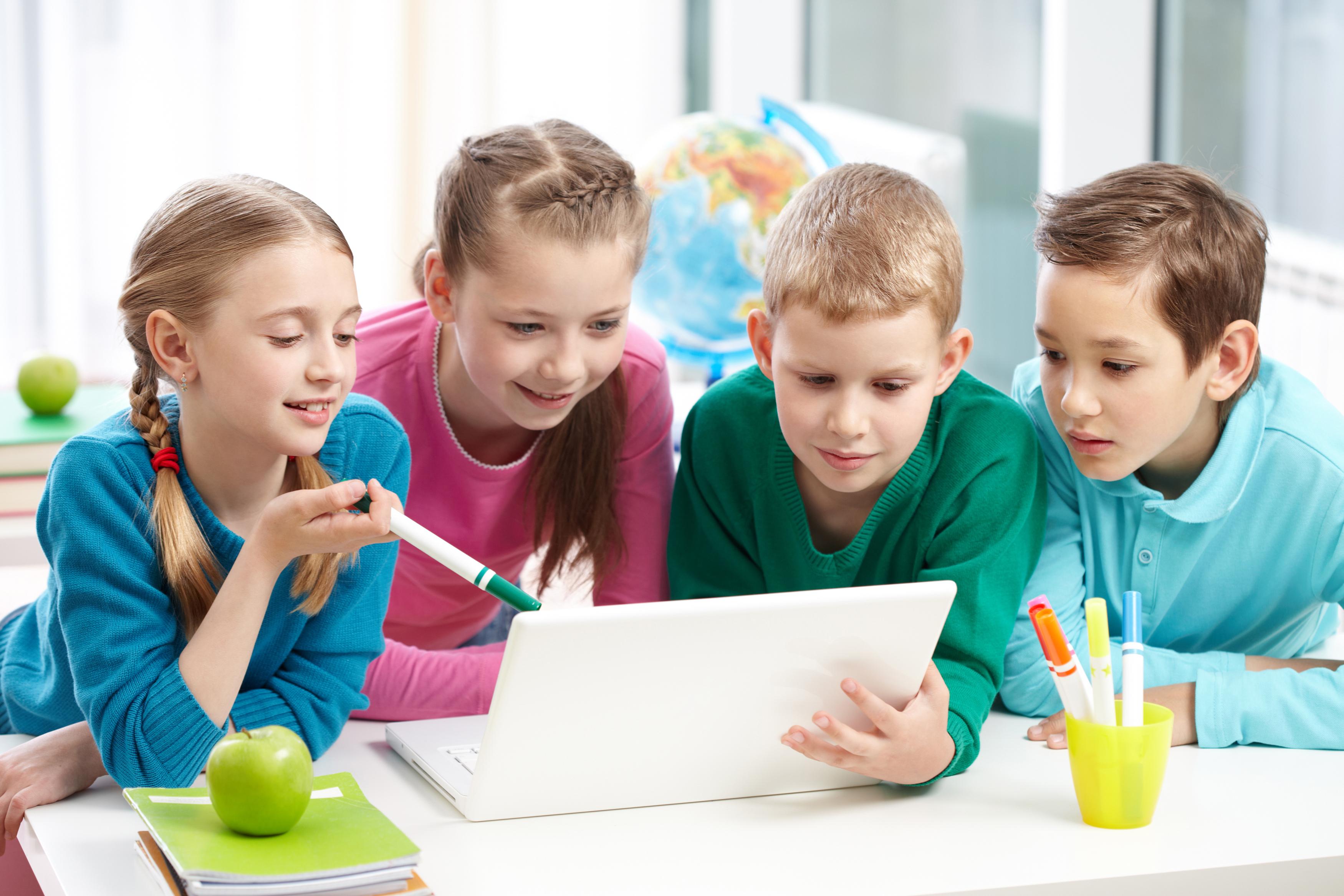 Niños realizando un trabajo en grupo para aprendizaje desde la emoción