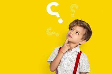 Niño pensando con interrogantes para filosofía para niños