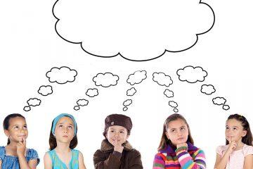 Niños pensando en común para ilustrar el fomento del pensamiento crítico