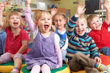 Niños y niñas en su primer día de clase
