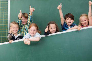 Grupo de alumnos sonrientes junto a dos docentes para ilustrar experiencias educativas inspiradoras