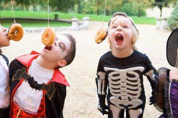 Foto de cuatro niños disfrazados para ilustrar Halloween en el mundo