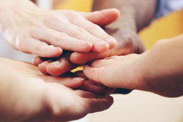 Manos diferentes juntas para educar en la tolerancia